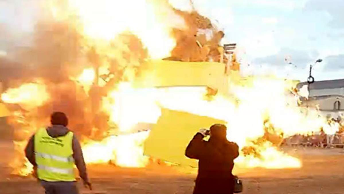 На карнавале во Франции прогремел мощный взрыв: в сети обнародовали видео (18+)