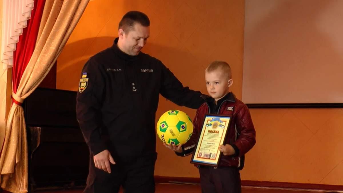 Полиция наградила 7-летнего мальчика, который обнаружил тайник с гранатами и спас друзей