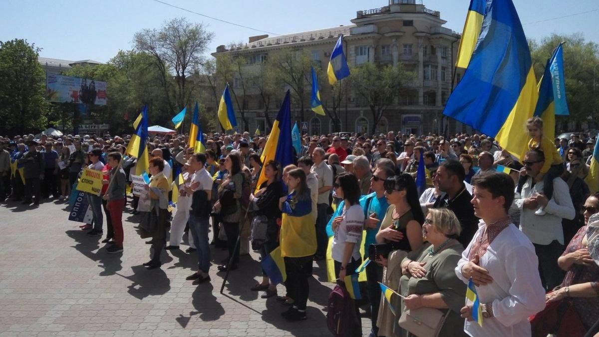 Геть до Московії: у Маріуполі сотні людей вийшли на протест