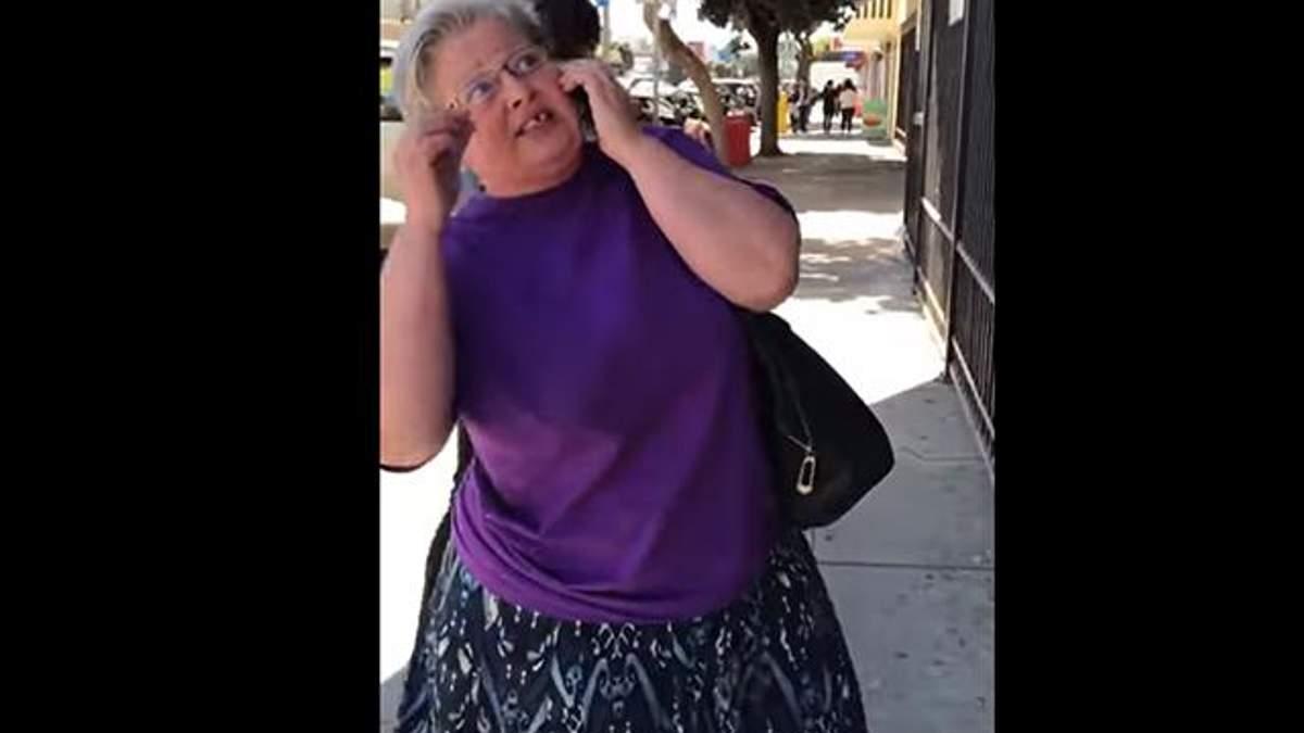 """У США жінка вимагає зняти з будівлі """"георгіївську стрічку"""""""