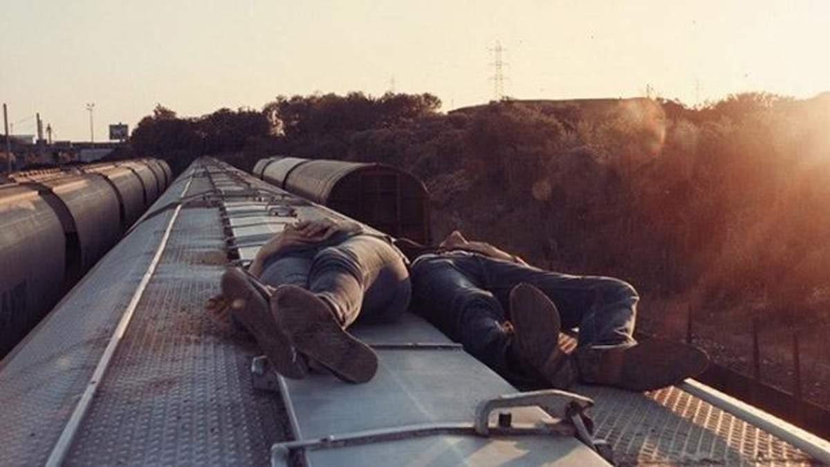 Львовянку ударило током, когда та делала селфи на крыше поезда