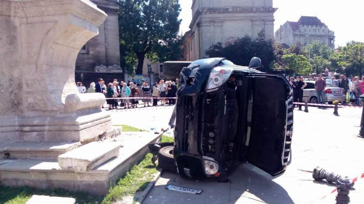 У центрі Львова машина влетіла у натовп людей: загинула жінка, є поранені