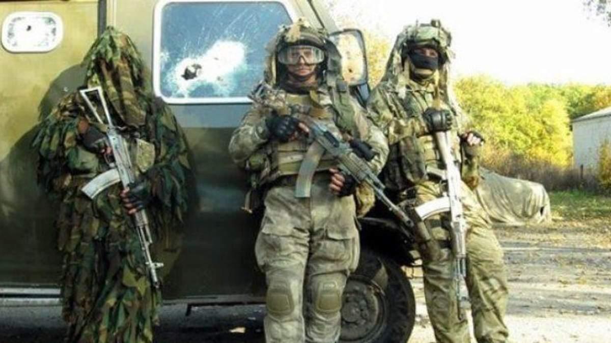 Олег Мужчиль (по центру)
