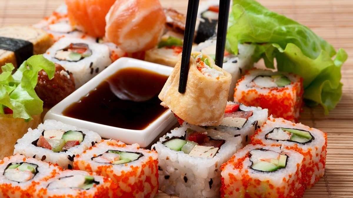 После посещения суши-бара в Киеве отравились 16 человек