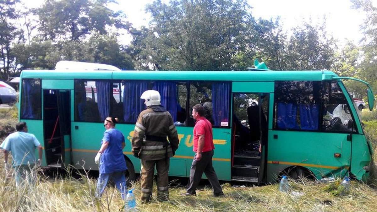Пассажирский автобус столкнулся с грузовиком в Днепропетровской области: есть жертвы