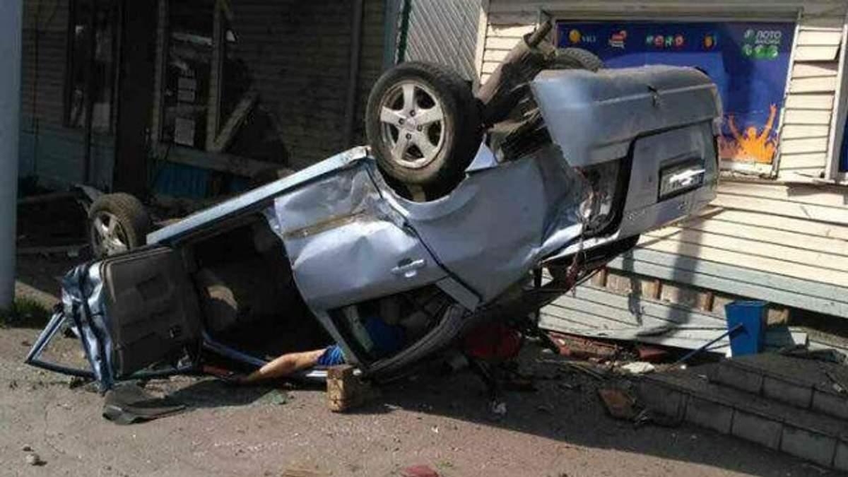 Машина протаранила кафе в Павлограде: есть погибшие