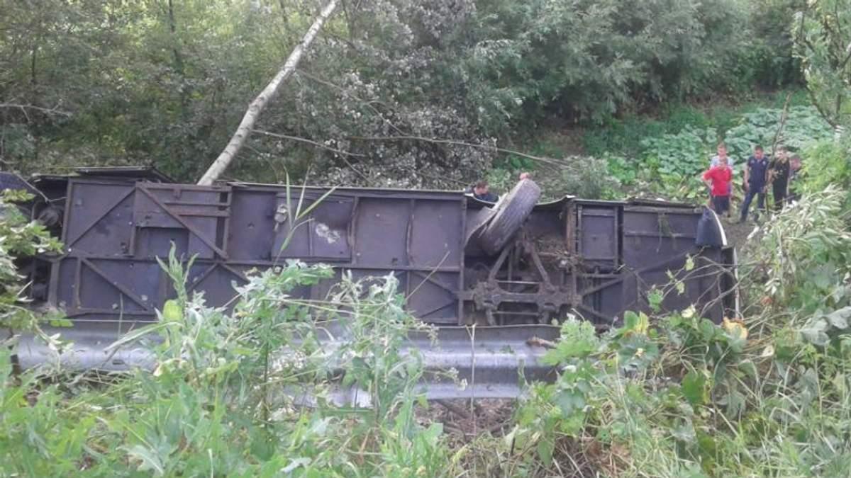 Страшная авария на Тернопольщине: автобус с туристами съехал в обрыв и перевернулся