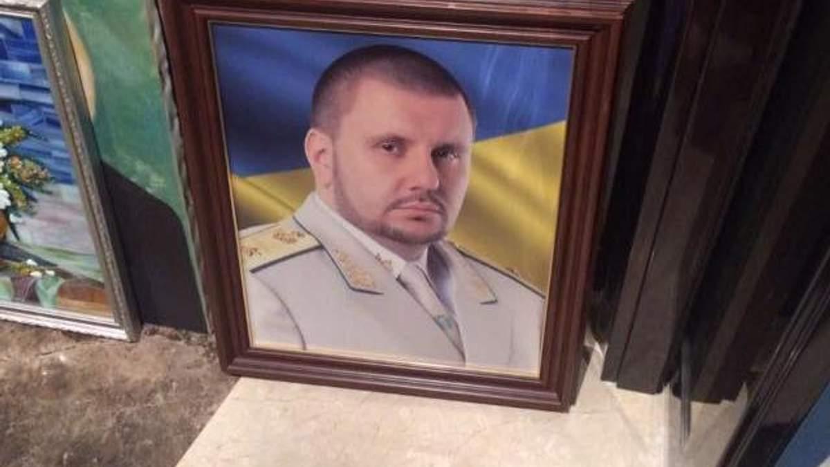 """""""Моляться на портрет шефа"""": Матіос показав кілька знахідок під час обшуків у справі Клименка"""