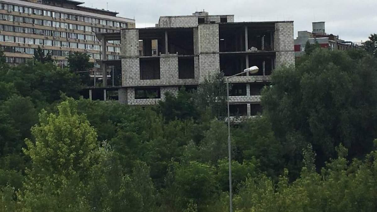 Как взрывом демонтировали пятиэтажный дом в Харькове: зрелищное видео
