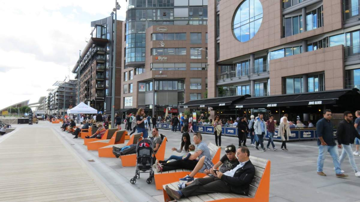 Норвежцы отдыхают на одной из площадей Осло