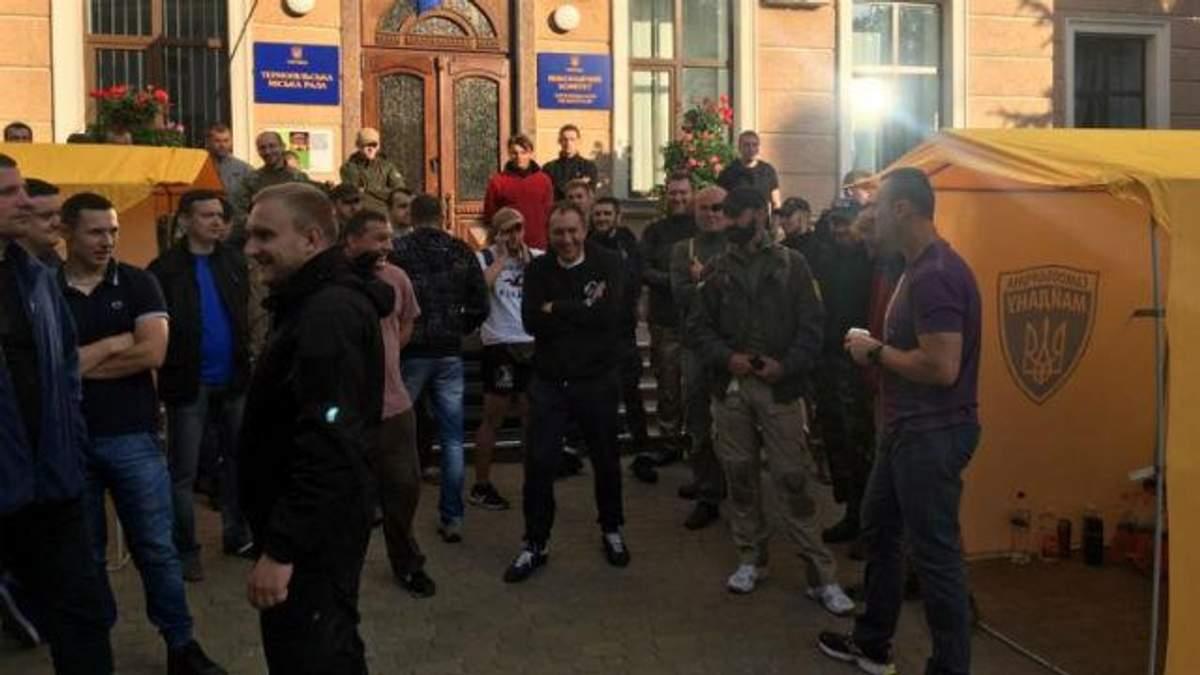 Разъяренные люди выломали двери в мэрии Тернополя и заблокировали совет
