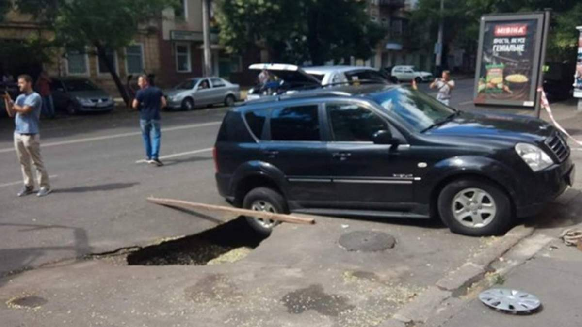 Два автомобиля провалились под асфальт в Одессе: появилось видео и фото