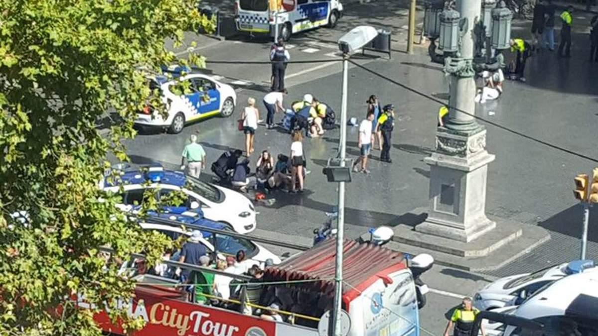 У Барселоні вантажівка в'їхала у натовп: фото та відео з місця події