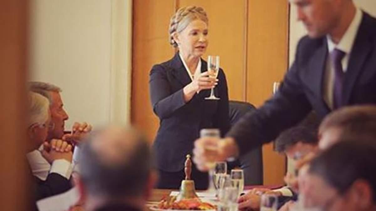 Тимошенко почала роботу в Раді з келихом алкоголю: фотофакт