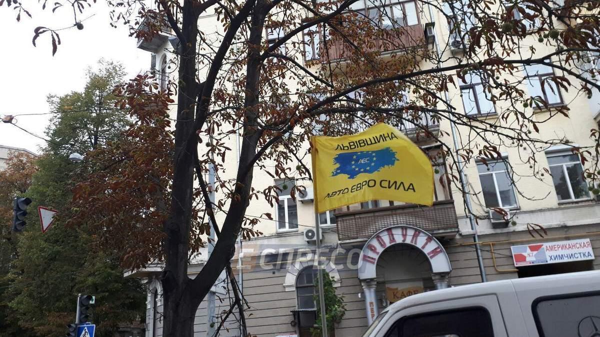 Под ВР проходит митинг владельцев авто на иностранных номерах: протестующие перекрыли улицу