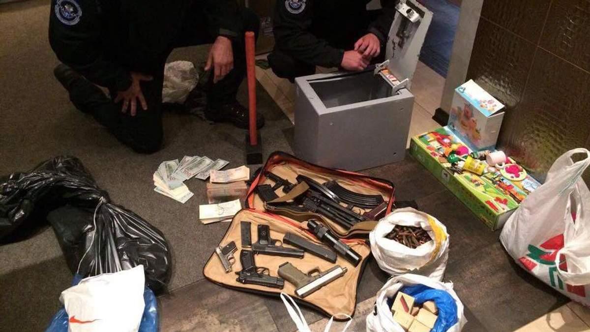 Правоохранители обнаружили немалый арсенал оружия во время обысков из-за незаконного песчаного карьера