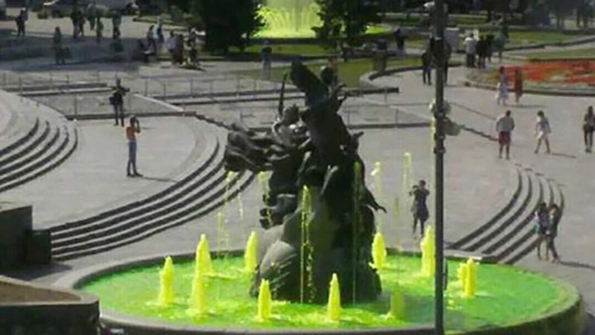 """У Києві вандали """"озеленили"""" історичну річку та фонтани у центрі"""