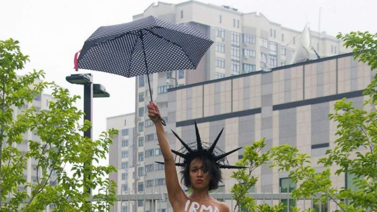 Активістка оголила груди у Києві, протестуючи проти Трампа: пікантні фото
