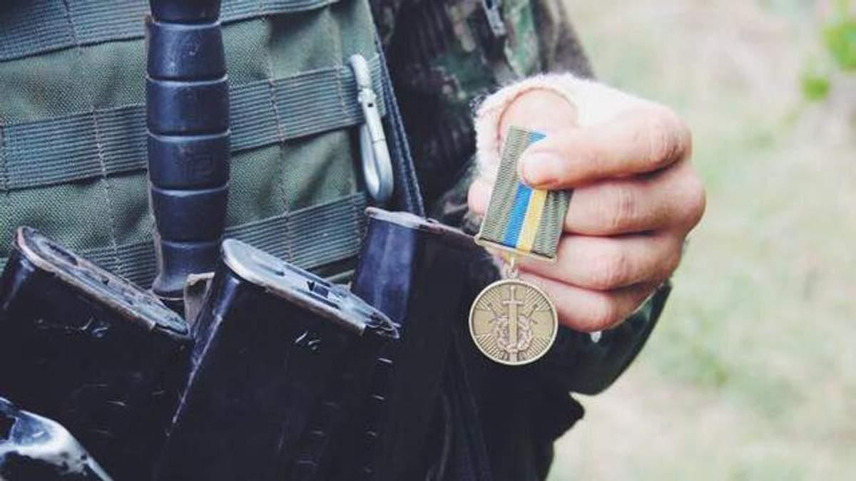 """Доброволець """"Правого сектору"""" отримав нагороду від Порошенка"""