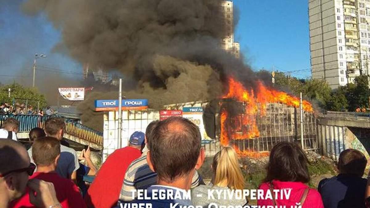 В Киеве вспыхнул пожар в киосках: есть фото и видео