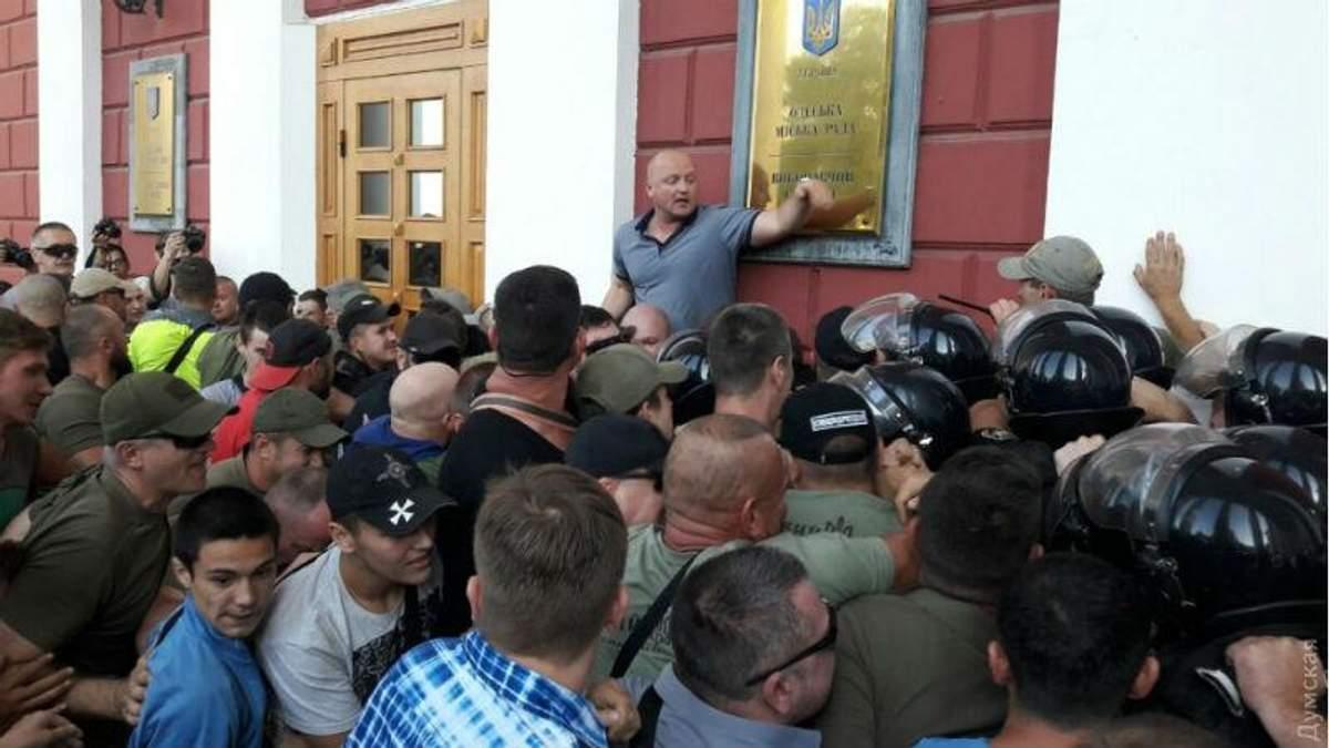 Пожежа у таборі в Одесі: батьки дітей з табору штурмували мерію