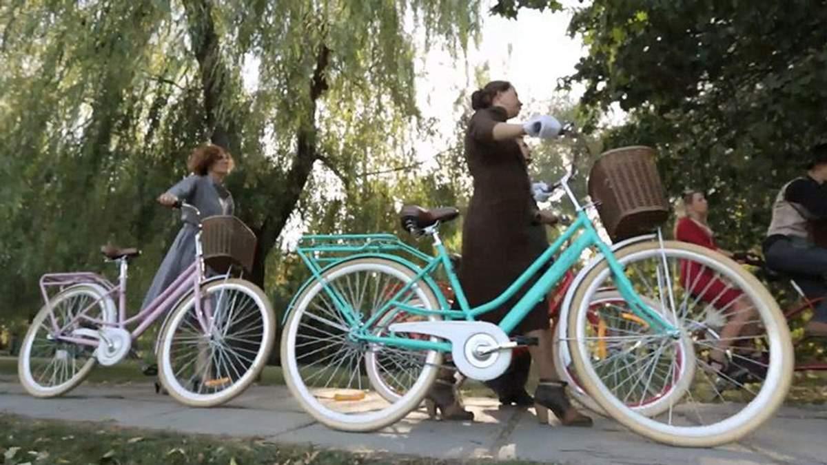 Стильные чулки, высокие прически и джаз: как в Киеве прошел ретрокруиз на велосипедах