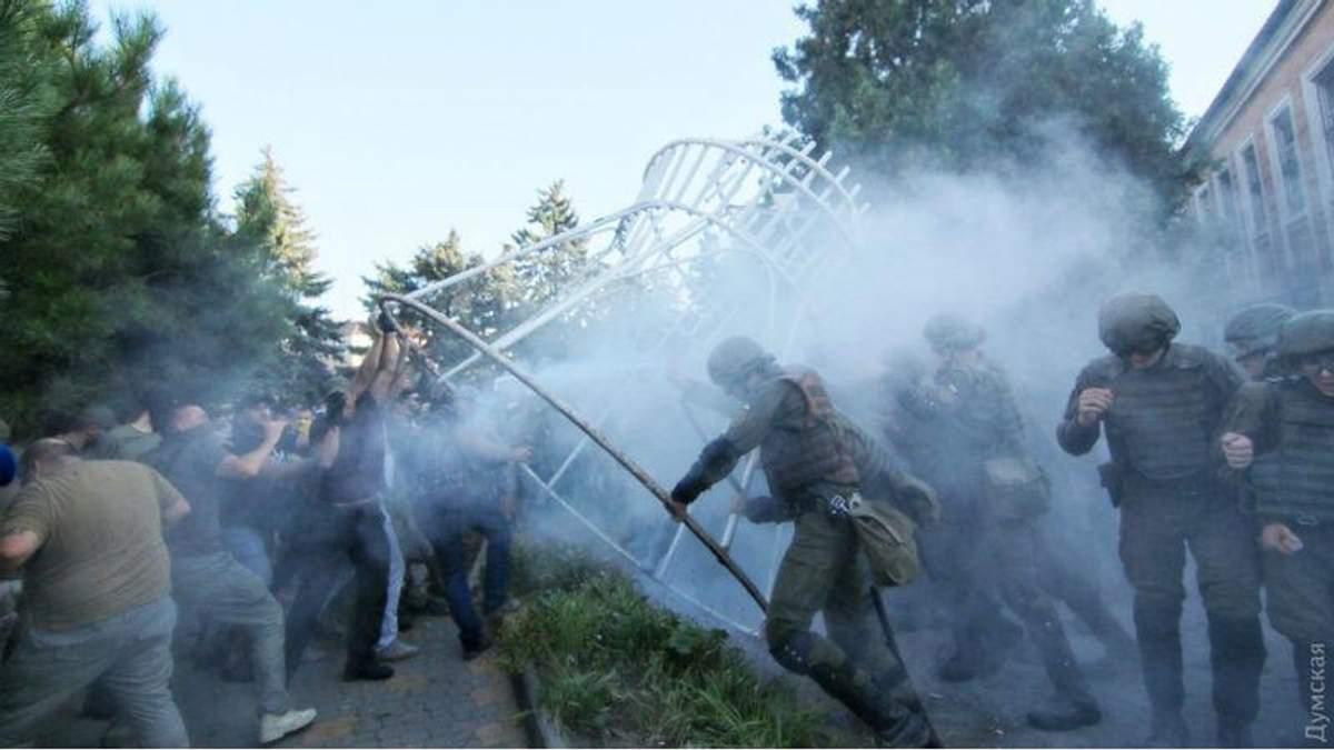 """""""Справа 2 травня"""": активісти пішли штурмом на суд, поліція застосувала сльозогінний газ"""