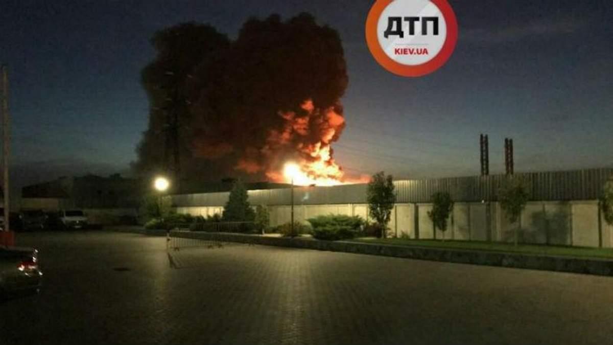 """Потужна пожежа на заводі """"Біофарма"""": вогонь вдалось локалізувати"""