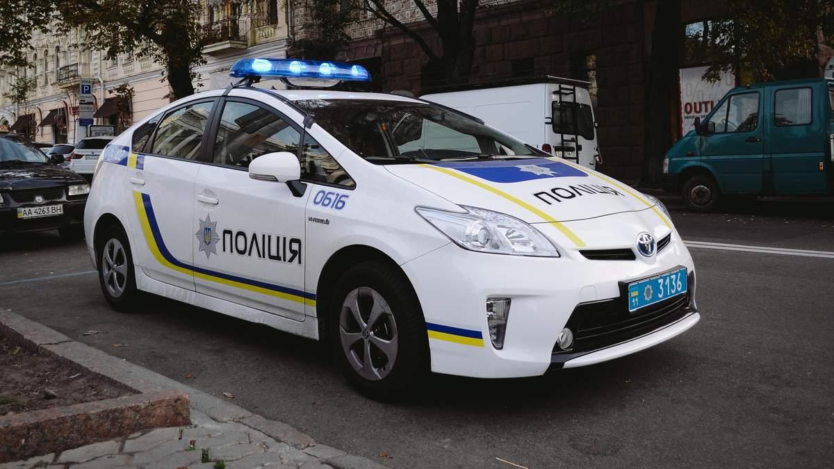 В Киеве дебошир сильно избил женщину и начал бросаться на людей с ножом и гранатой