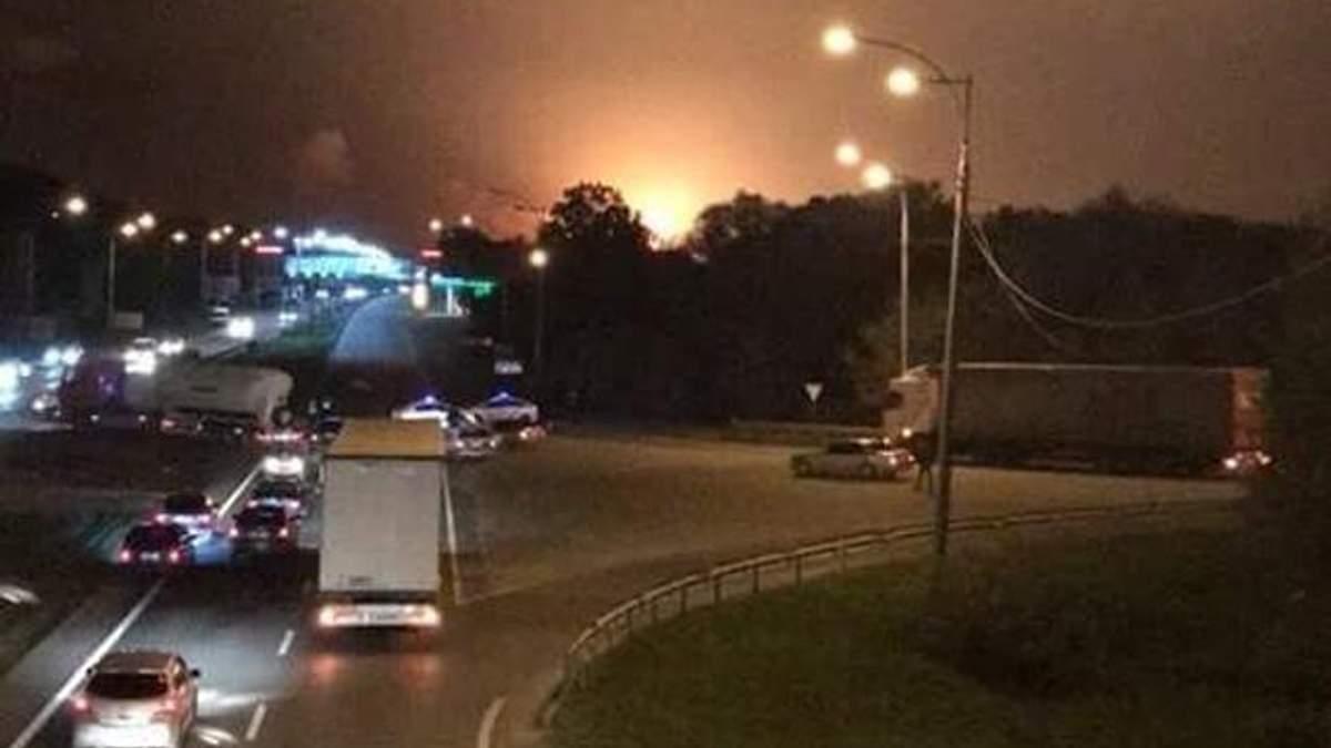 Люди в паніці масово тікають з околиць Калинівки, де гримлять вибухи боєприпасів