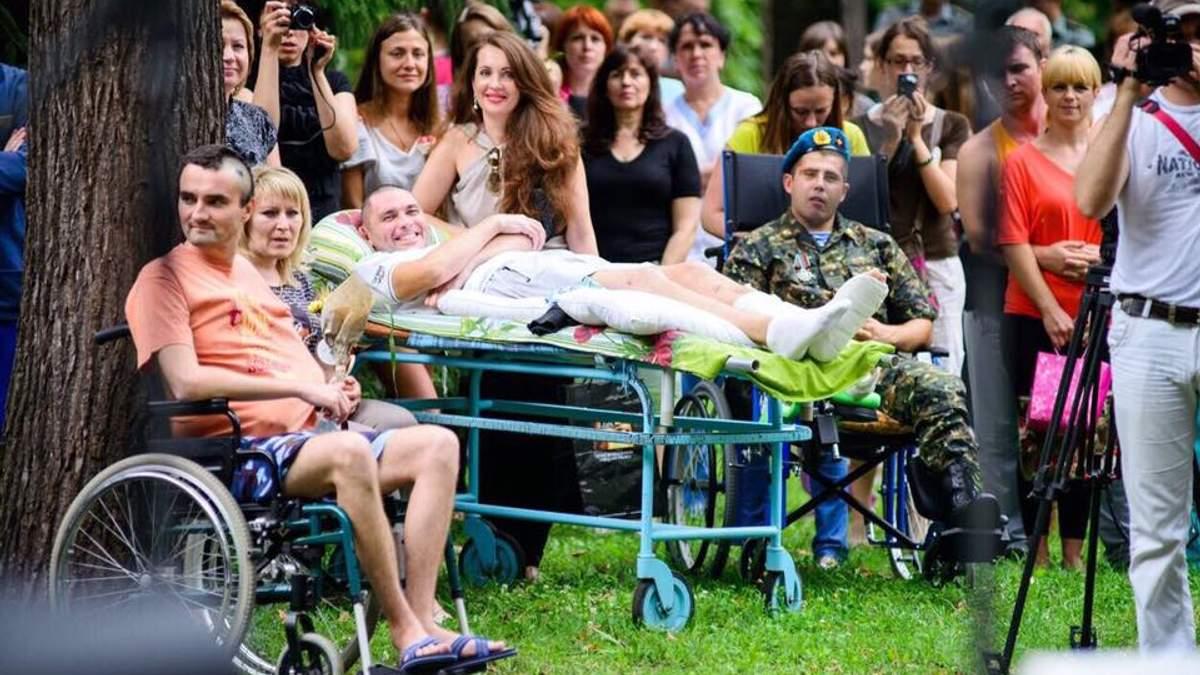 Наталья Юсупова (в центре) с друзями-волонтерами и подопечными