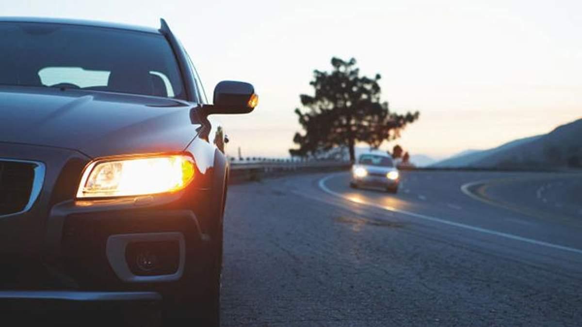 На авто слід включати ближнє світло фар