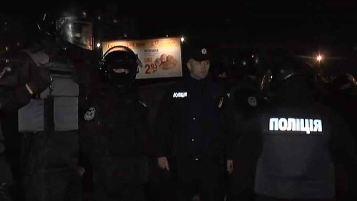 Сутички, поліція, яйця: у Києві активісти за декілька хвилин зруйнували незаконну АЗС