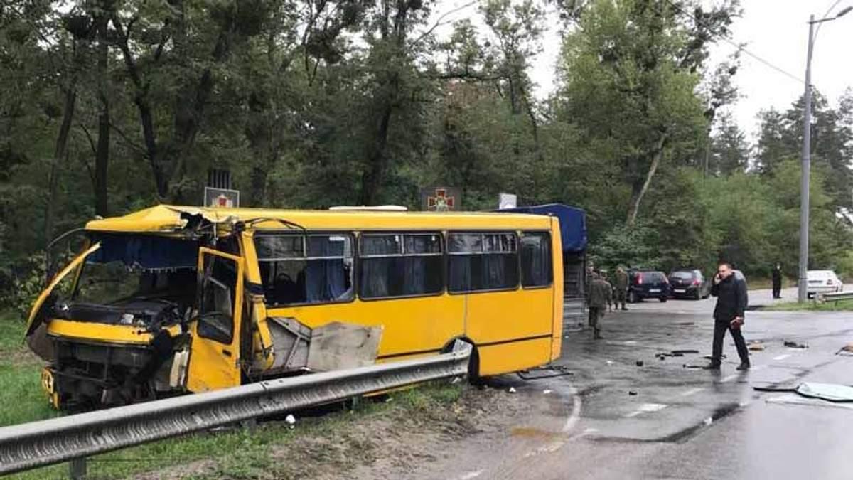 З'явились фото з серйозної ДТП, у якій загинув військовий та постраждало 8 осіб