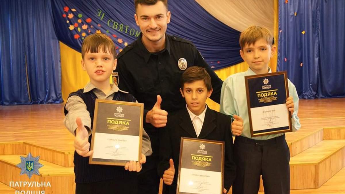 В Кривом Роге патрульные наградили школьников, которые задержали преступника