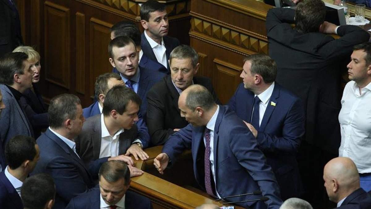 Сегодняшнее заседание Рады началось с блокирования трибуны от БПП