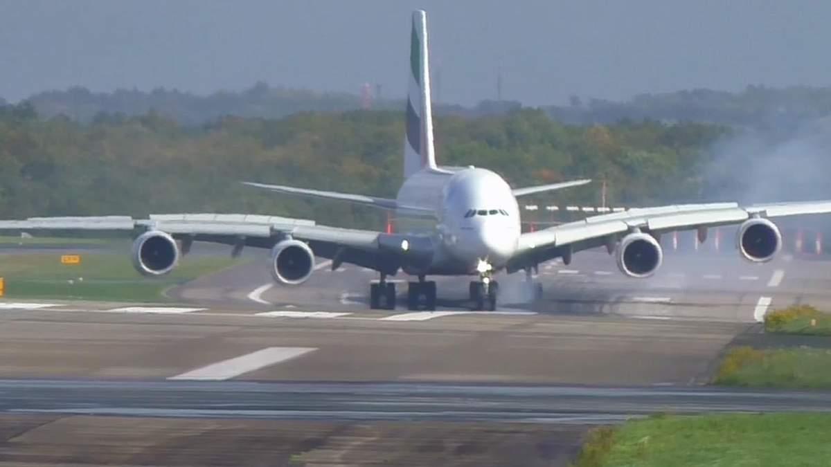 Літак A380 авіакомпанії Emirates під час приземлення в аеропорту Дюссельдорфа