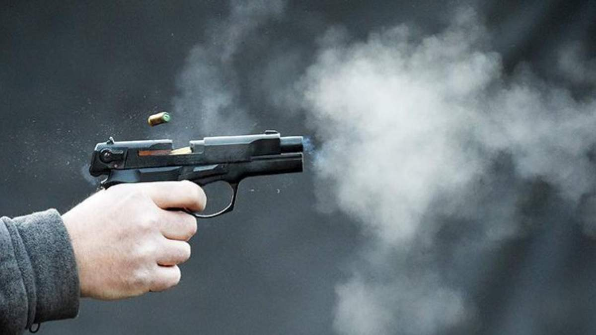 Невідомі з вогнепальної зброї поранили двох осіб біля супермаркету у Херсоні (ілюстрація)