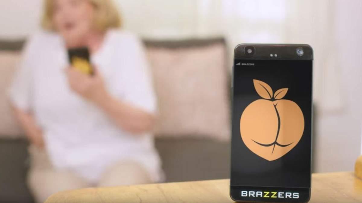 """Порностудия Brazzers показала видео, как бы выглядел смартфон """"для взрослых"""" (18+)"""