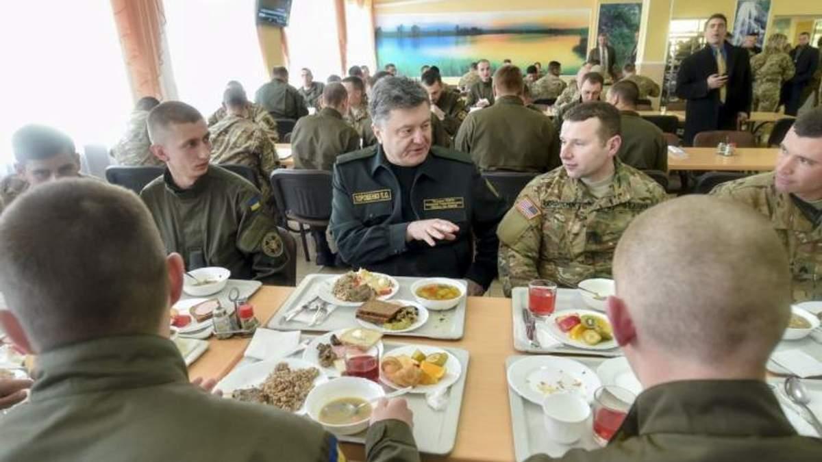Порошенко попробовал новой солдатской пищи