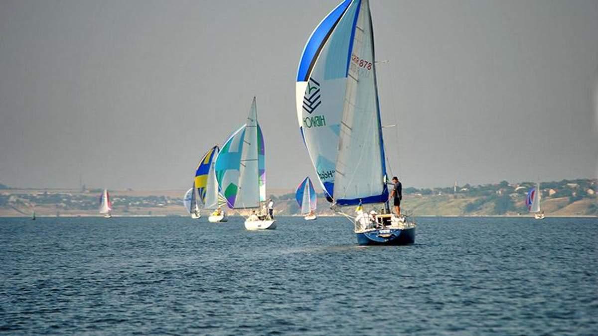 На Киевском водохранилище яхтмены устроили соревнования