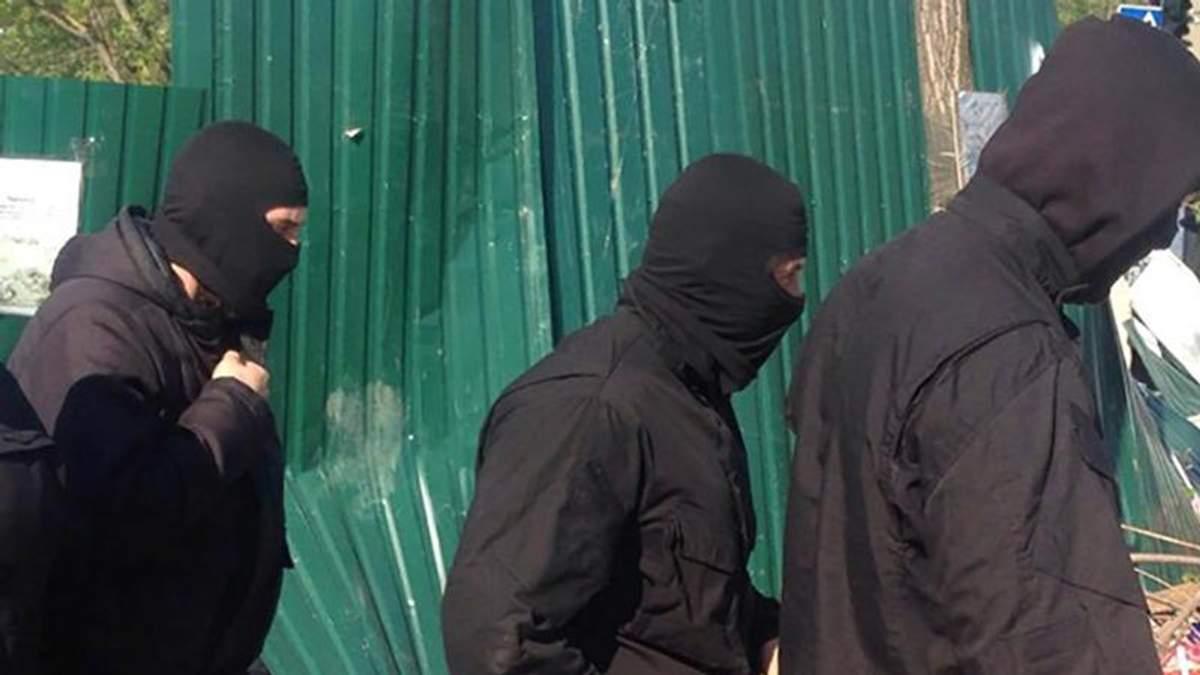 """""""Тітушки"""" у балаклавах намагалися захопити аеродром ЗСУ у Одесі"""