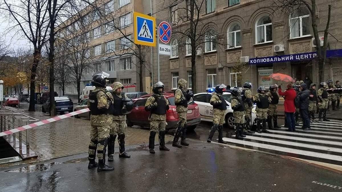 """Поліція заявила про """"замінування"""" будівлі, в якій НАБУ проводить обшуки"""