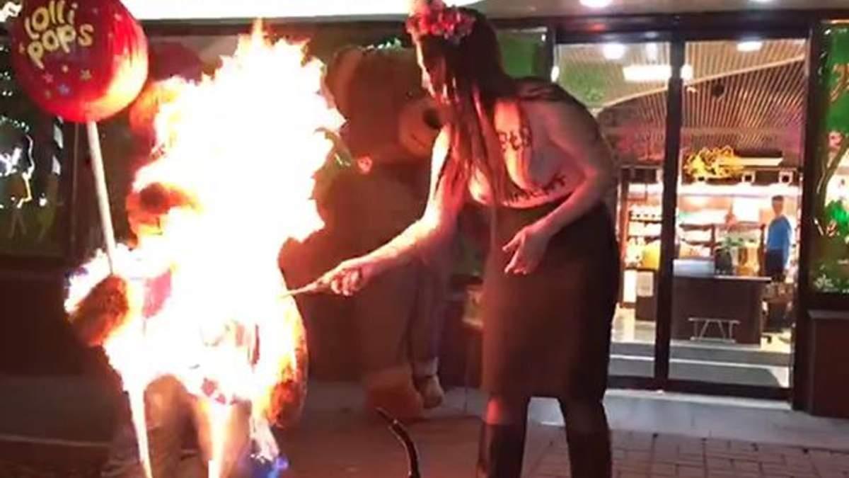 Оголена активістка Femen провела пекельну акцію перед магазином Roshen у Києві