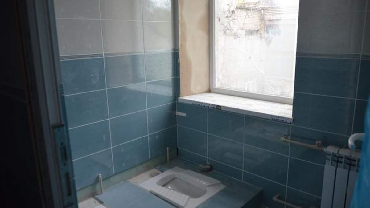 """""""Чтобы вы все утонули в этом туалете"""": в сети показали школьную уборную за миллион"""