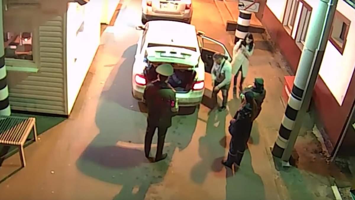 Россияне пытались перевезти украинку через границу в багажнике