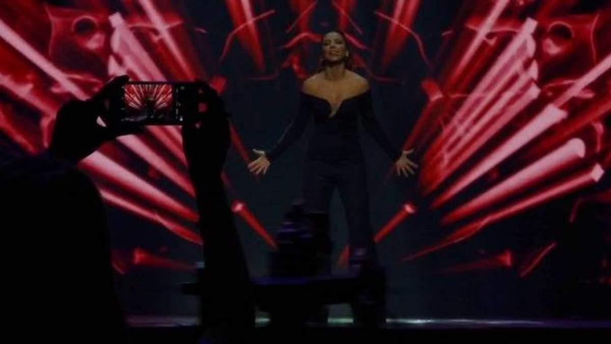 Ані Лорак несподівано виступила у Києві і зірвала бурхливі овації: відео