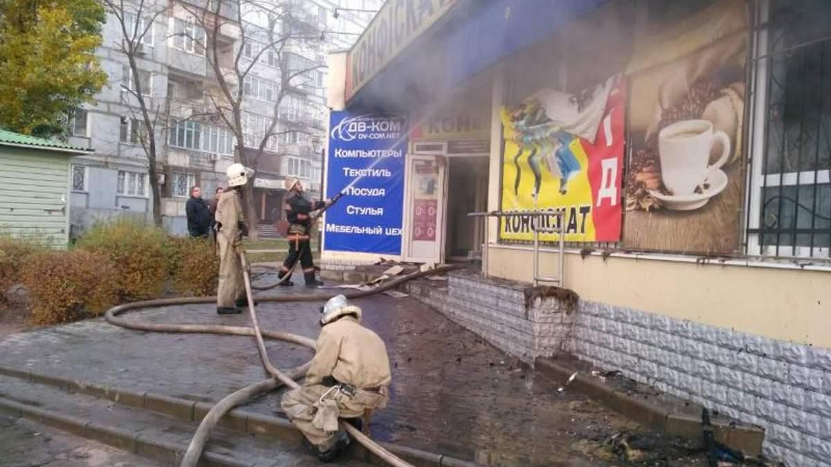 На Запоріжжі загорівся торговий центр