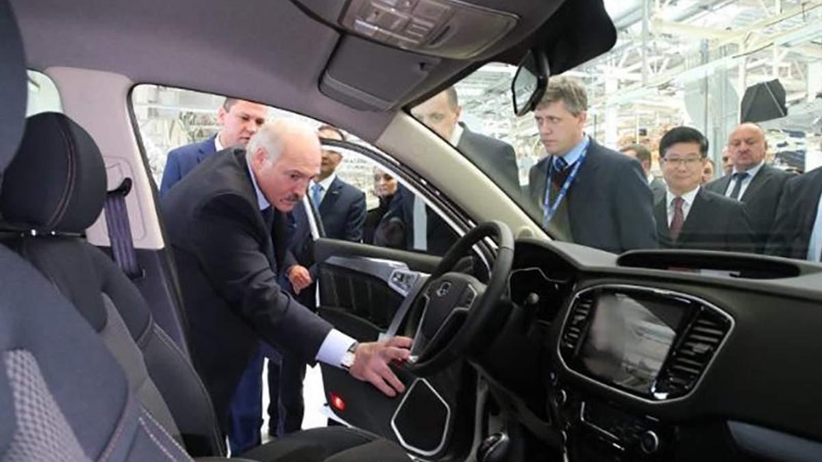 Президент Білорусі Олександр Лукашенко оглядає вироблені авто