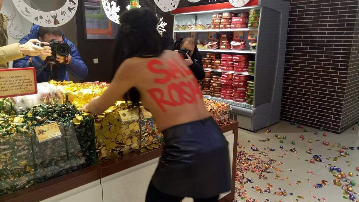 Чорна п'ятниця 2017 в Києві в Roshen від Femen - відео та фото 18+